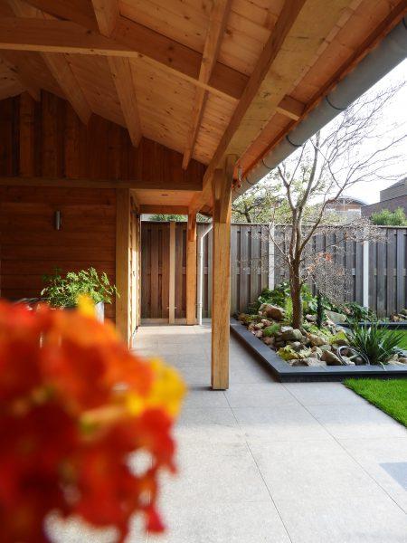houten-tuinhuis-met-veranda-7-450x600 - Eikenhouten tuinhuis met luifel
