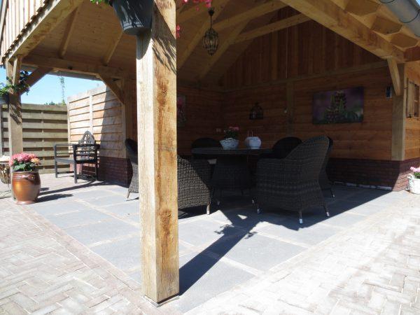 houten_schuren_1-600x450 - Eikenhouten schuur met overkapping