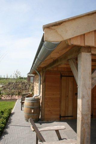 Luxe-houten-tuinhuis-met-overkapping-5 - Luxe eikenhouten tuinhuis met overkapping