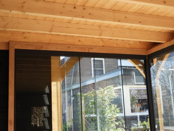 houten-tuinkamer-met-glazen-schuifwanden-4-600x450 - Eiken overkapping