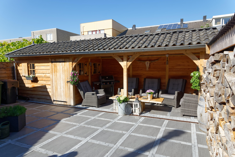 houten-tuinhuis-met-overkapping - Project Hoofddorp: Eiken tuinhuis met veranda