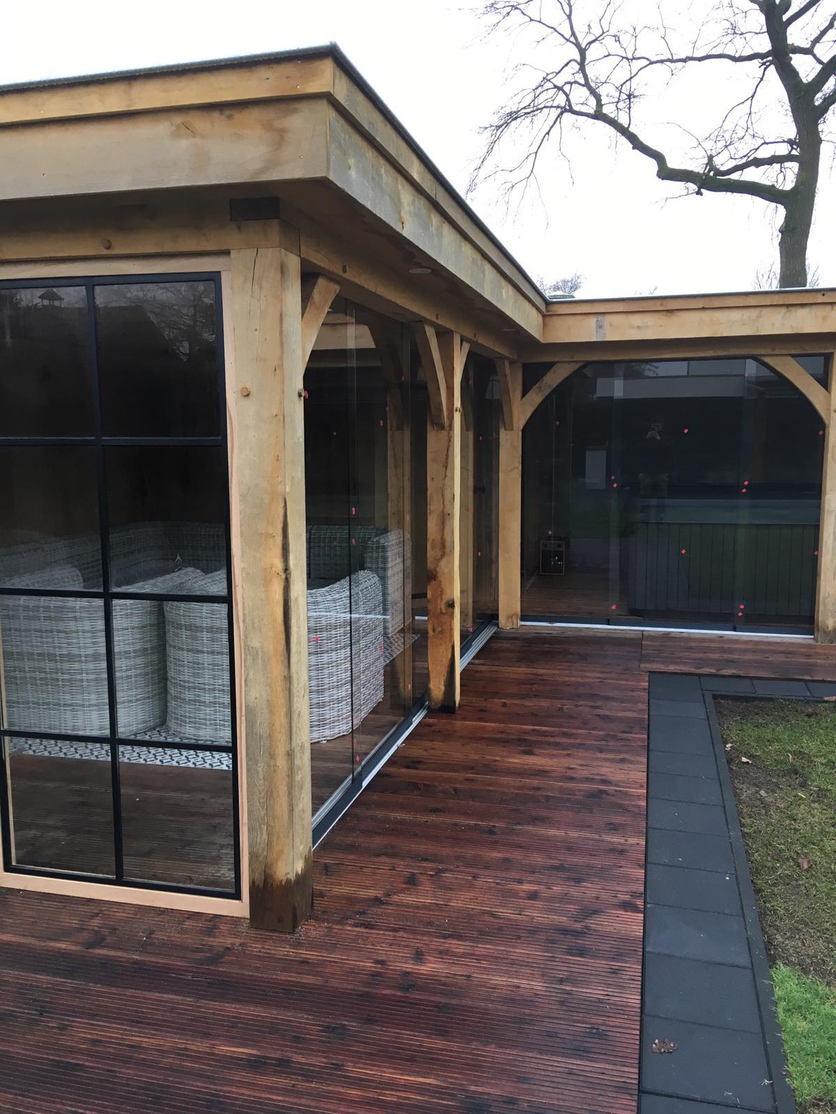 overkapping-met-glazen-schuifwanden - Project Hardenberg: Eiken tuinkamer met jacuzzi overkapping hoekmodel.