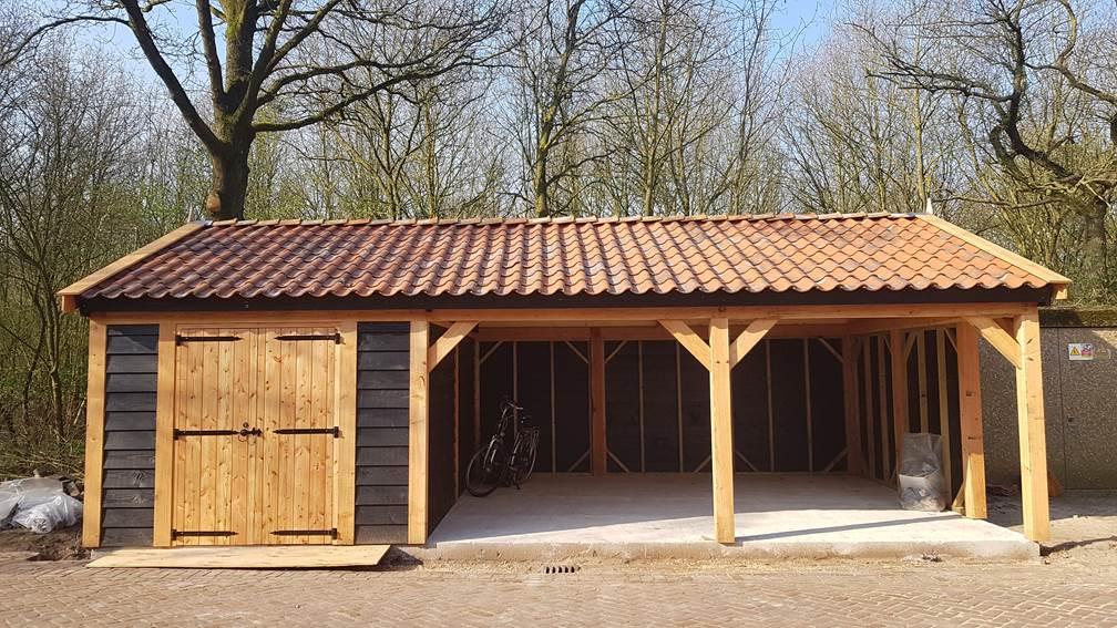 Schuur-met-overkapping - Project Hardenberg: Grote houten schuur met paardenstallen.