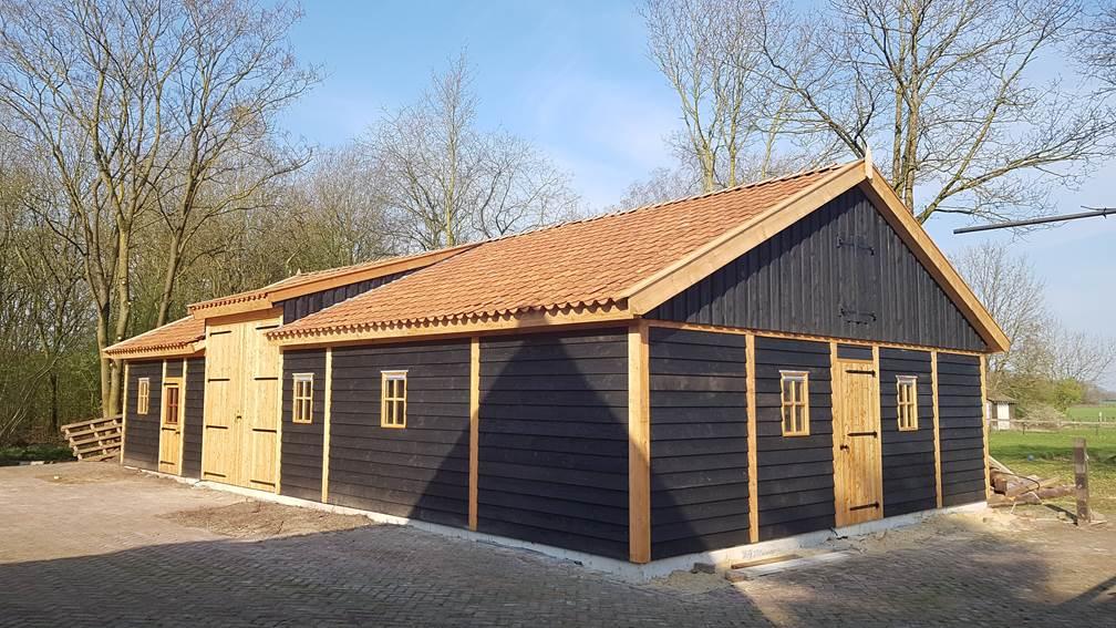 Schuur-met-paardenstallen-1 - Project Hardenberg: Grote houten schuur met paardenstallen.