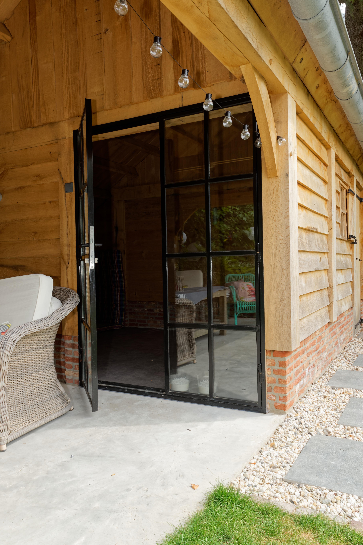 Eiken-kapschuur-met-veranda-6 - Eiken schuur met overkapping.