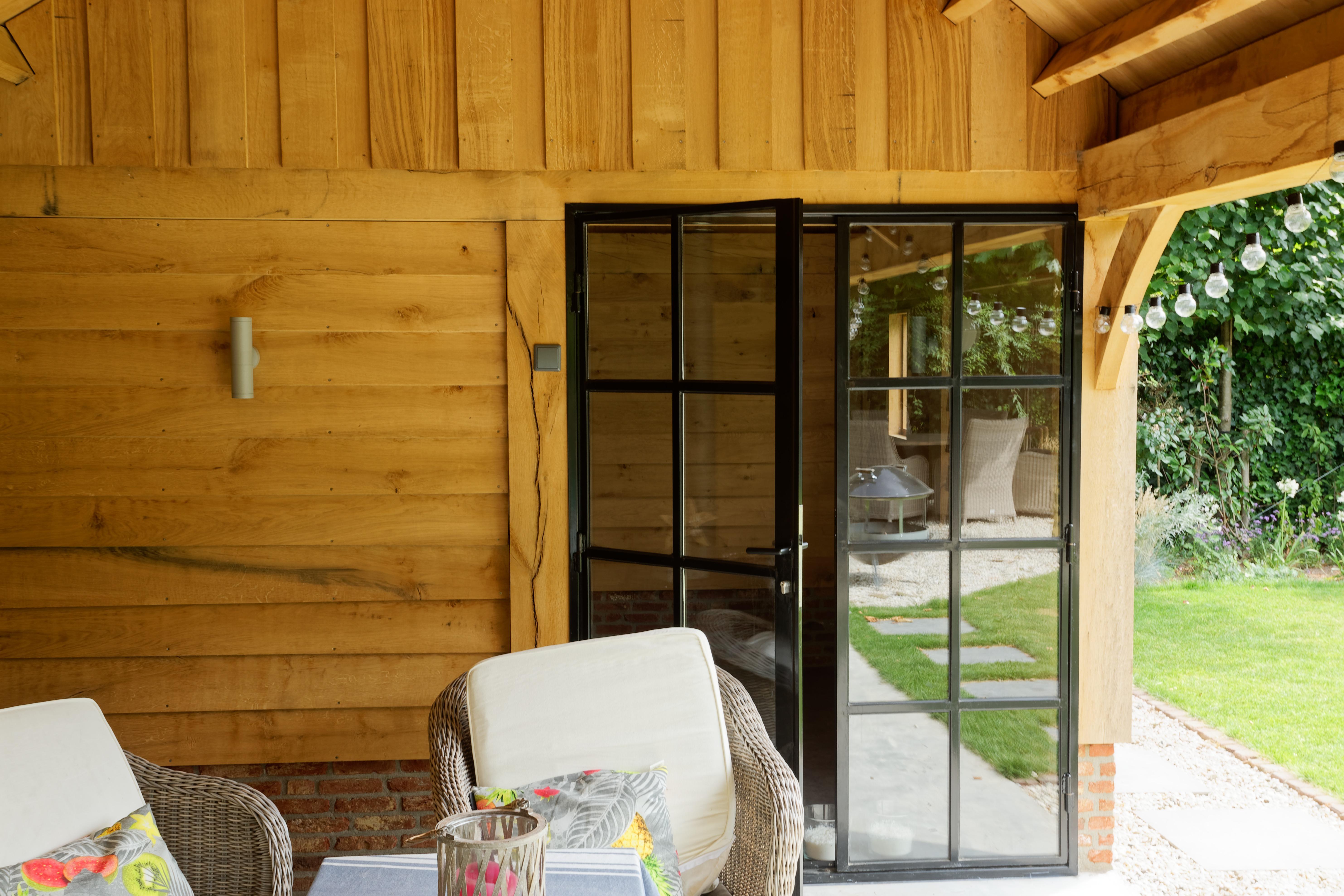 Eiken-kapschuur-met-veranda-7 - Eiken schuur met overkapping.