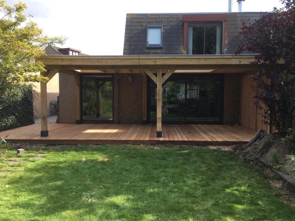 eiken-overkapping-aanbouw-1024x768 - Houten overkapping tegen bestaande woning.