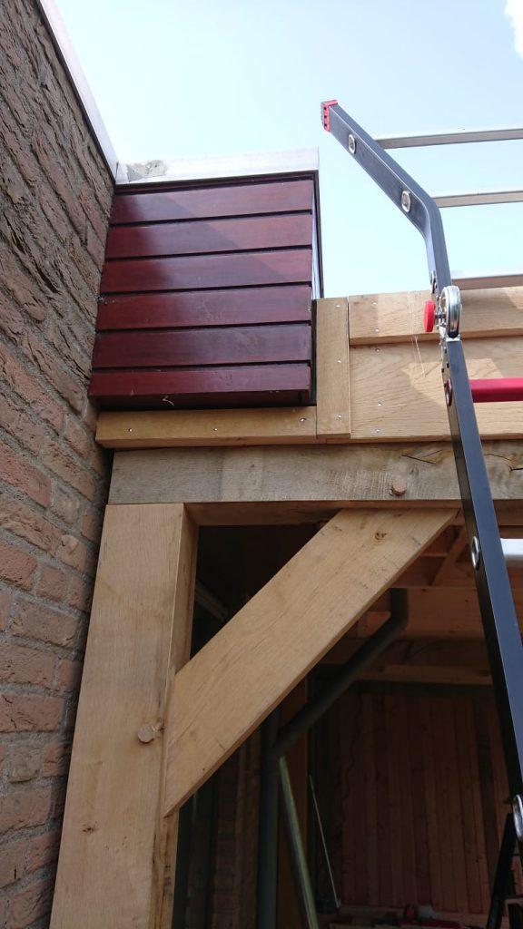 eiken-overkapping-aanbouw-3-576x1024 - Houten overkapping tegen bestaande woning.
