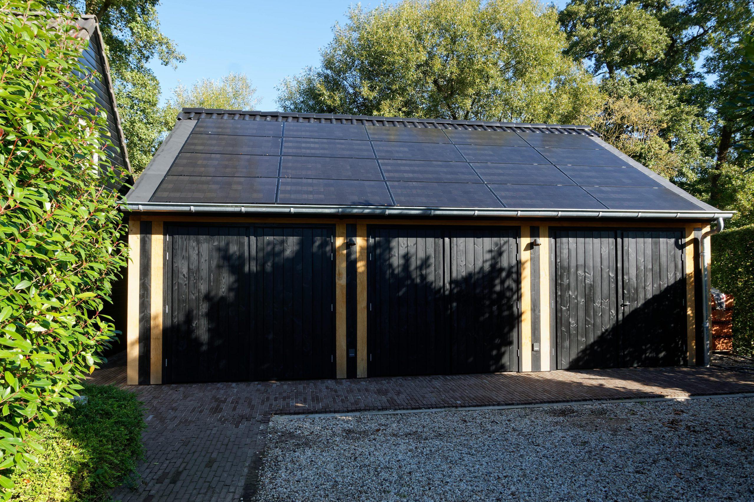 houten-garage-met-zonnepanelen-2-scaled -