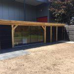 Houten bijgebouw met tuinkamer en sauna.