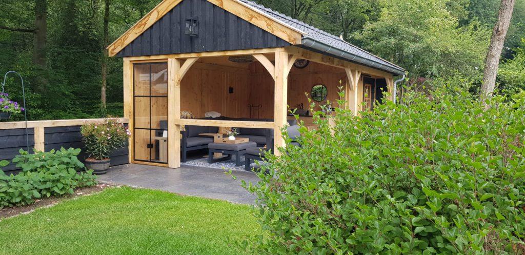 Luxe-Houten-tuinhuis-met-veranda-1-1024x497 - Luxe Houten Tuinhuis met veranda.