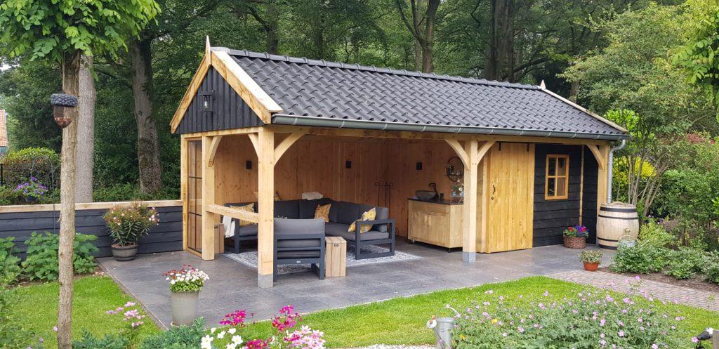 Luxe-Houten-tuinhuis-met-veranda-2-1024x497 - Luxe Houten Tuinhuis met veranda.