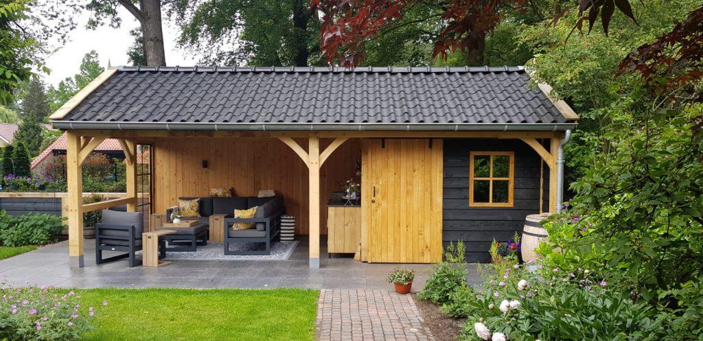 Luxe-Houten-tuinhuis-met-veranda-3-1024x497 - Luxe Houten Tuinhuis met veranda.