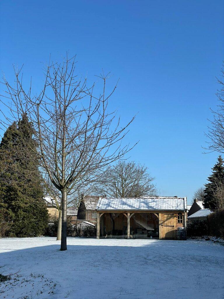 Houten-tuinhuis-met-veranda-winters-1-768x1024 - Winterse sfeerbeelden 2