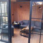 Stijlvolle garage met tuinkamer.