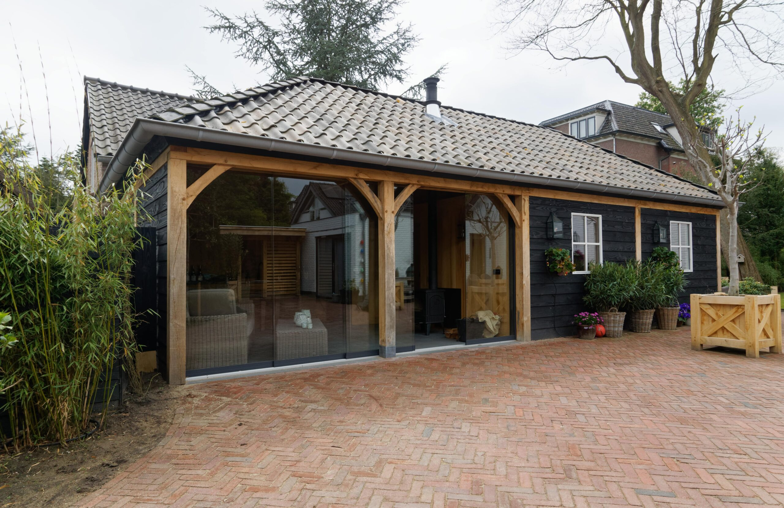Eiken-bijgebouw-scaled - Project Laren: Houten schuur met sauna en tuinkamer
